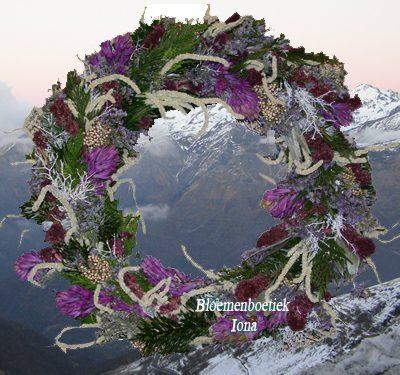 Paarse kerstkrans/Bloemenboetiek Iona