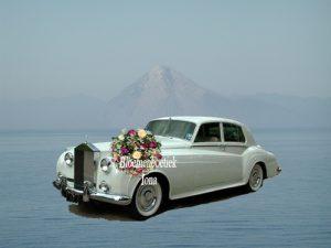Bruidsauto met bloemen