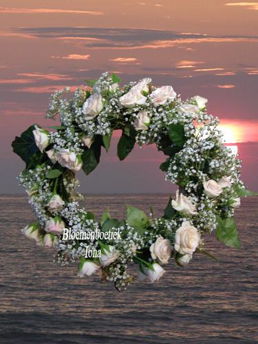 Bloemenkrans met tros roosjes