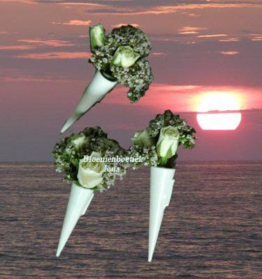 Corsage met witte tros roosjes