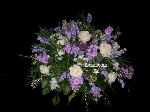 Begrafenis bloemstuk paars wit Begraafplaats Driehuis