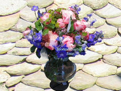 Boeket met kleine vaas met seizoensbloemen laten bezorgen