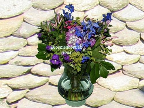 Bond zomers boeket met glazen vaas te bestellen bij bloemenboetiek Iona in Haarlem. Wij bezorgen ook in Bloemendaal