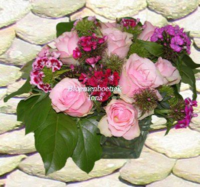 Glazen accubak met boeket bestellen bij bloemenboetiek Iona