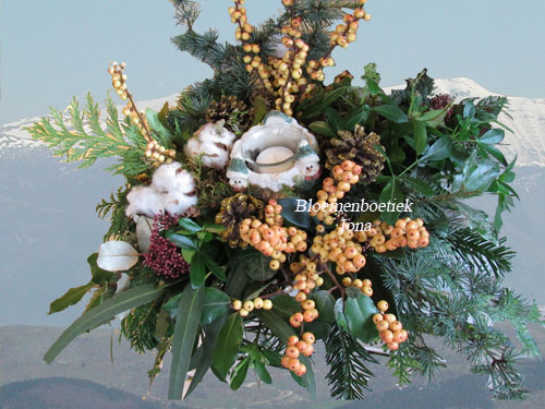 Kerstbloemstuk met llex / Bloemenboetiek Iona