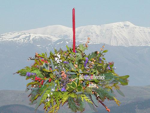 Kerstbloemstuk met kaars / Bloemenboetiek Iona