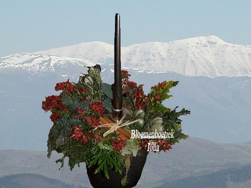 Kerstbloemstuk met kaarsenhuls bestellen
